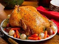 Рецепта Пълнено цяло пиле печено в бира с кашкавал, картофи, краве и топено сирене, майонеза и заквасена сметана на фурна под фолио